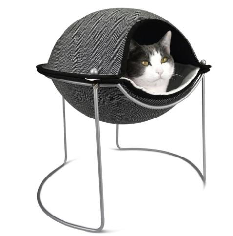Essa cama para gatos, da Hepper, pode ser usada aberta ou fechada, formando uma espécie de concha. Com estrutura tubular metálica, tem estofado com espuma flexível e conta com um cobertor de microfibra.