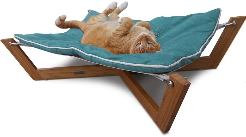 Com estrutura de bambu, essa rede para gatos e cães de pequeno porte mede 85 cm x 63 cm. O produto conta com uma almofada removível (disponível em cores diversas). À venda na PetCo.