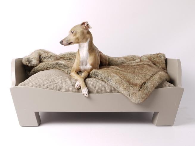 Essa elegante caminha para cães é fabricada em madeira (pinheiro) e tem estofamento que pode ser feito com onze opções de tecido. Disponível nos tamanhos pequeno, médio e grande - esse último com 104 cm x 76 cm x 31 cm - o móvel está à venda na Charley Chau.