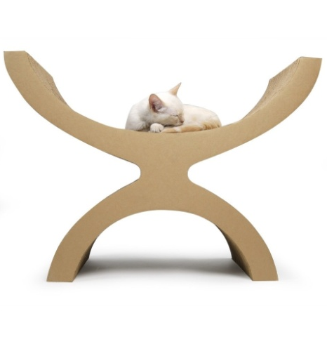 Escultórica, a cama para gatos Couchette é fabricada em papelão e pode ser usada como arranhador. Com 55 cm de altura, o objeto está à venda na Kittypod.