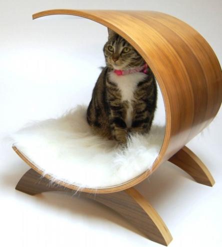 Especialmente criada para os felinos, a cama Cilíndrica é produzida em madeira compensada, revestida de lâminas de freijó com acabamento em verniz acetinado. Com 50 cm de largura, o objeto está à venda na Bartô e Fillo.