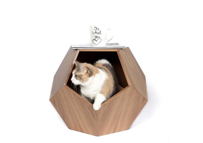 A mesa lateral com cama (para gatos ou cães de pequeno porte) Missy Cave é uma espécie de toca. O móvel pode ser fabricado em três tipos de madeira e mede 47 cm x 57 cm. A peça está à venda na Pup and Kit.