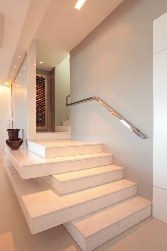 A ideia de aumentar para o lado dando continuidade ao degrau existente e fazer dela pranchas decorativas para o hall ou para o corredor da casa.