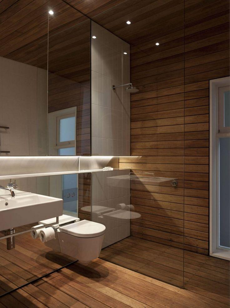 Banheiro com deck de madeira.