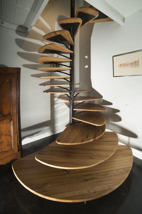 Escada espiral de madeira; estrutura metálica