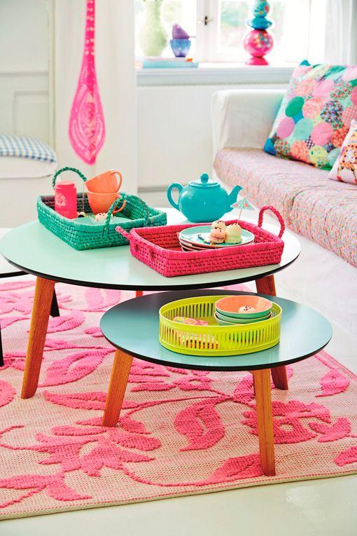 Candy na mesa de centro.