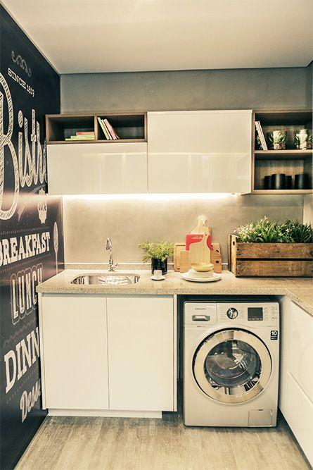 A lavanderia ganhou um papel de parede imitando lousa, uma ótima ideia para quem busca um ambiente jovem e divertido.