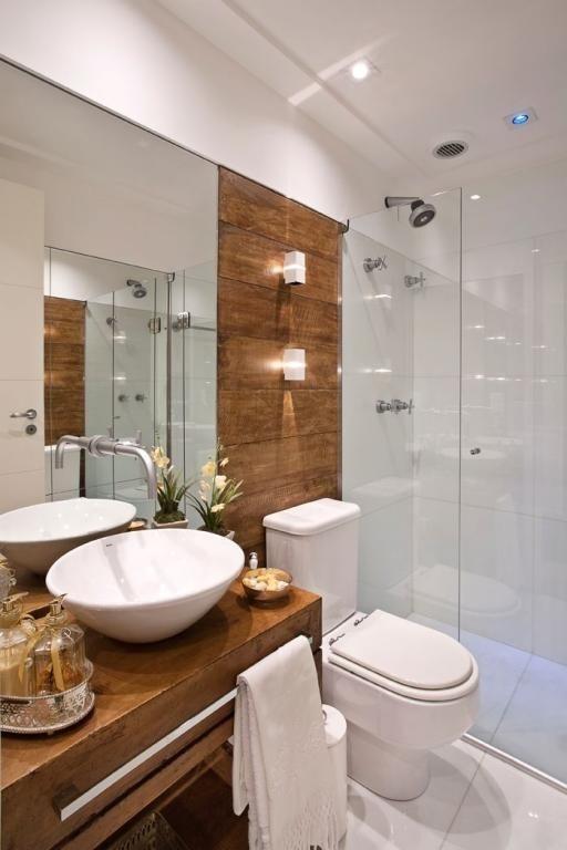Banheiro com painel e bancada de madeira.