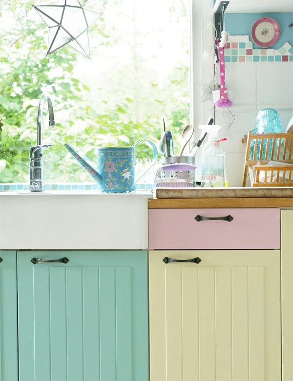 Candy nos gabinetes da cozinha.