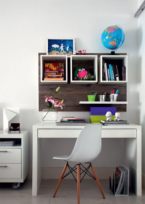 O escritório é um espacinho entre a porta de correr do closet e a mesa de cabeceira, equipado com mesa laqueada e pequenos nichos na parede. Cadeira da Tok & Stok.