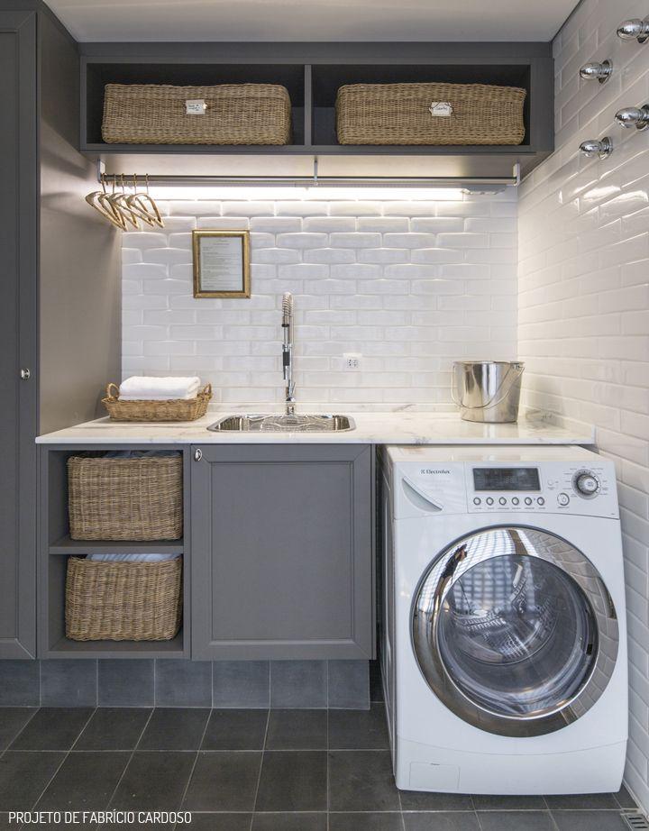 Lavanderia pequena, mas com uma disposição bacana de nichos que garante a organização. A iluminação nesse caso dá destaque para o detalhe da parede, azulejo que remetem ao tijolo branco.