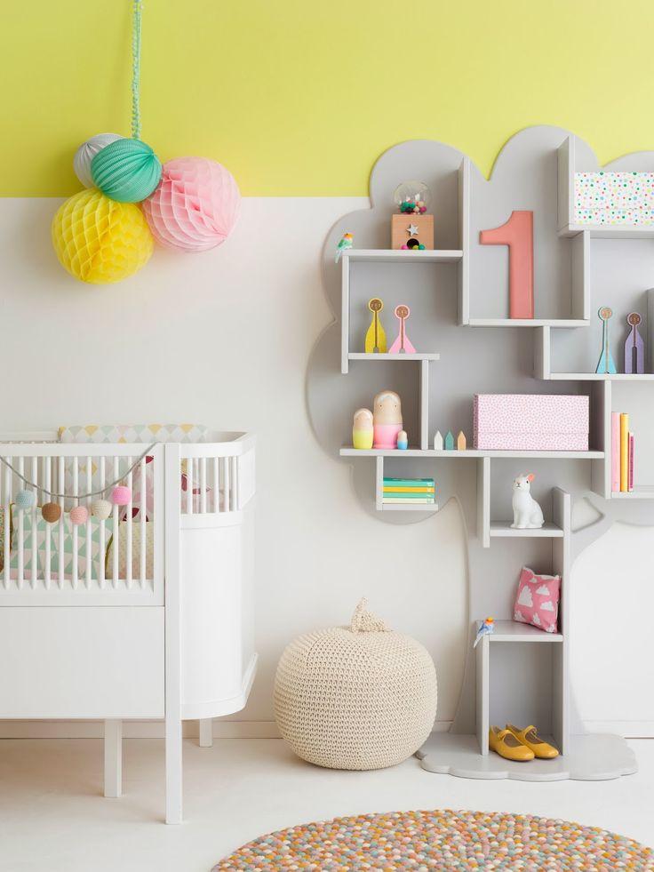 Candy no quarto do bebê.