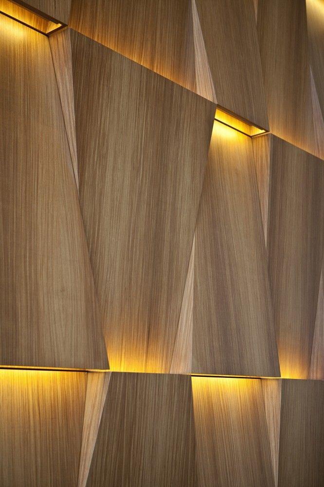 Painel com iluminação indireta, reflete e valoriza ainda mais o material.