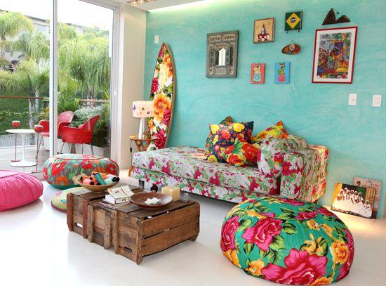 As cores das florestas e praias, tons de verdes e azuis, estão muito presentes por todos os lados misturados com estampas de flores. -