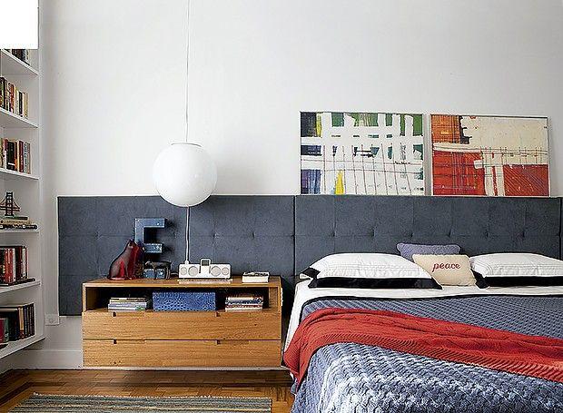 Executado com Ultrasuede, o modelo criado pelo arquiteto Gustavo Calazans ocupa toda a extensão da parede atrás da cama. Mas, em vez de ser inteiriço, ele é formado por placas presas lado a lado, o que viabiliza sua instalação. Para embutir o criado-mudo de freijó, o arquiteto criou um recorte no painel.