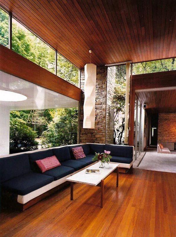 Iluminação natural na sala de estar, integrando o interno e externo.