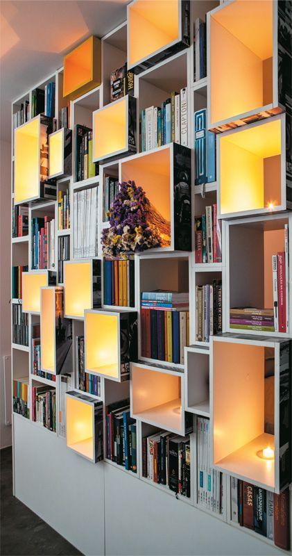 Estante divide ambientes como o quarto e a sala