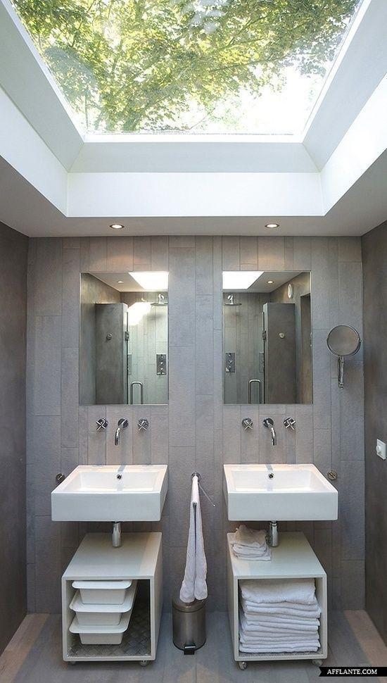 Iluminação natural no banheiro.